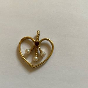 Heart with little stone and 2 pearls